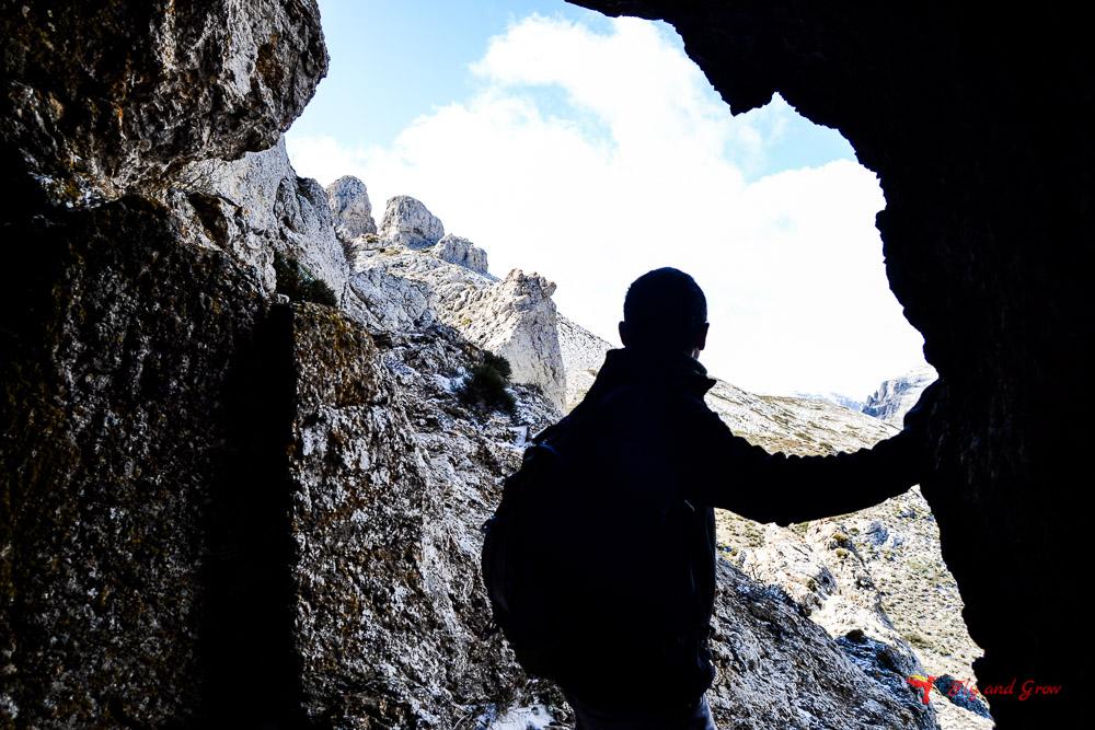 Cueva formada dentro de una peña