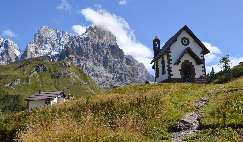 Iglesia en ruta en los Dolomitas