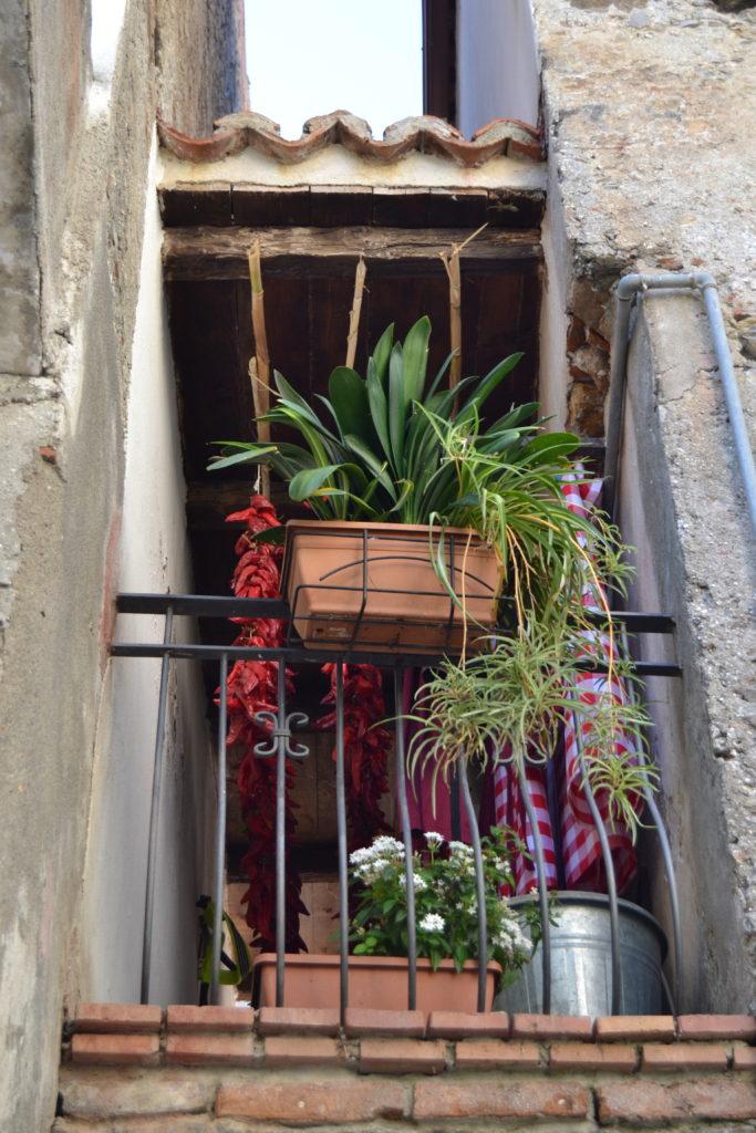 Peperoni secándose en un balcón de Scalea